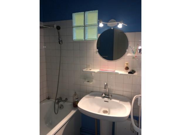 Salle de bain avec baignoire et lave linge